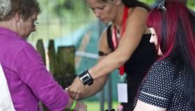 Eine Besucherin erhält an der Kasse ihr Festivalbändchen.