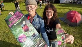 Birgit und Horst Lohmeyer halten im Jahr 2012 Plakat und Flyer des Festivals vor die Kamera.